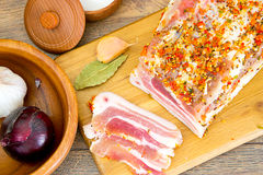 盐味的猪油,在木切板的未加工的猪肉 免版税库存图片