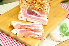 盐味的猪油,未加工的猪肉用在木的香料 库存图片