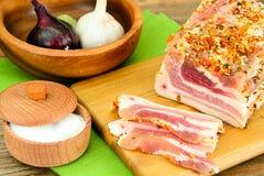 盐味的猪油,未加工的猪肉用在木的香料 免版税库存图片