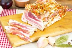 盐味的猪油,未加工的猪肉用在木的香料 免版税库存照片