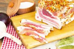 盐味的猪油,未加工的猪肉用在木的香料 库存照片