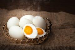盐味的蛋,煮沸的和立即可食,被投入的篮子,被弄脏的背景 库存照片