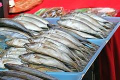 盐味的鲭鱼在地方市场上 免版税库存照片