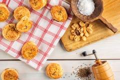 盐和小茴香快餐或者酥皮点心与研磨机和木匙子在白色背景,产品摄影面包店商店的,烘烤 库存照片