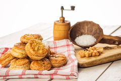 盐和小茴香快餐或者酥皮点心与研磨机和木匙子在白色背景,产品摄影面包店商店的,烘烤 免版税库存照片