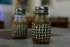 盐和胡椒在厨房用桌上 库存照片