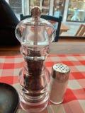 盐和胡椒在桌上 盐和胡椒罐 免版税图库摄影