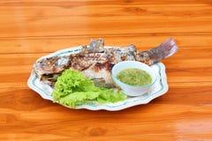 盐在桌上的被烘烤的鱼宴。 免版税库存图片