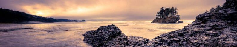盐在黄昏的小河海滩 免版税库存图片