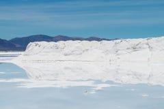 盐小山在撒拉族Uyuni 免版税库存图片