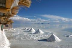 盐小山在盐舱内甲板撒拉族de Uyuni玻利维亚的 免版税库存图片