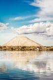 盐山在盐平底锅的马尔萨拉(意大利) 免版税库存照片