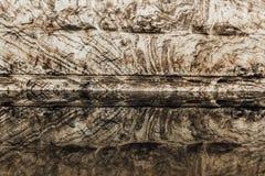 盐岩石和反射在水中 免版税库存图片
