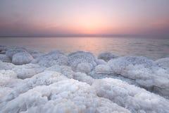 盐岩石在死海,约旦 免版税图库摄影