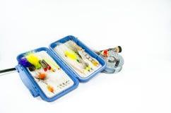 盐水与飞行配件箱的钓鱼竿和卷轴 库存照片