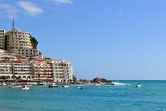 盐水湖的看法从绿色峭壁的后面 Monteregro Becici 库存图片