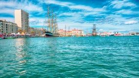 盐水湖的看法有船的在现代城市 免版税库存照片