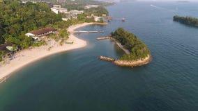 盐水湖鸟瞰图有蓝色,天蓝色的水在小海岛中间和岩石的 射击 海滩,热带海岛,海 影视素材