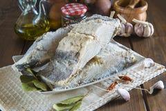 盐渍鳕鱼在厨房的桌上切开了 库存图片