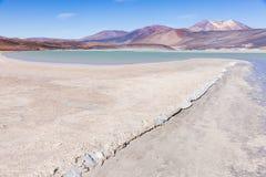 盐湖和山在Los佛拉明柯舞曲国家储备 免版税库存照片