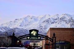 盐湖城,犹他美国- 2017年2月13日:Riverwoods的商店在普罗沃, Wasatch山的基地的犹他 图库摄影