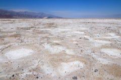 盐溶在坏水水池inÂ死亡谷国家公园的舱内甲板 免版税库存照片