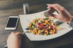 盐溶沙拉用章鱼和菜pov 库存图片