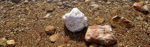 盐溶结晶在死海,约旦的海岸 库存照片