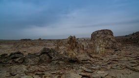 盐溶结构特写镜头Dallol火山的火山口Danakil,在远处,埃塞俄比亚 图库摄影