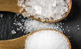盐的不同的类型 在两把木匙子的顶视图 库存照片