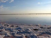 盐的提取风景与太阳的 免版税库存照片