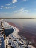 盐的提取风景在咸海的 库存图片