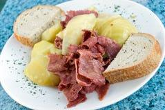 盐腌牛肉的圆白菜切好 免版税库存图片