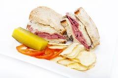 盐腌的牛肉reuben三明治 免版税图库摄影