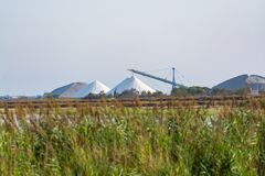 盐运作,有白色堆的工厂设备Camagrue sa海 免版税库存照片
