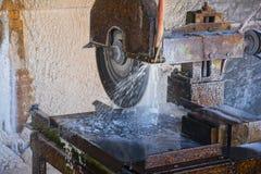 盐铺磁砖切割机 库存图片