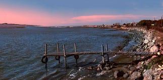 盐水湖和海孤零零桥梁和小船 免版税库存照片
