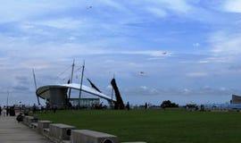 盐水湖海看法和大厦和风筝 免版税库存图片