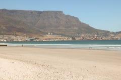 盐水湖海滩,开普敦,南非和桌山在背景中 库存照片