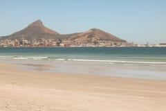 盐水湖海滩,开普敦,南非和LionsHead和信号小山在背景中 免版税库存照片