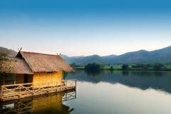 盐水湖的传统竹木筏房子有在khao越共水库Suphanburi省泰国的山背景 图库摄影