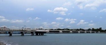 盐水湖看法从新加坡的小游艇船坞堰坝的 免版税图库摄影