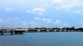 盐水湖看法从新加坡的小游艇船坞堰坝的 免版税库存图片