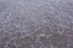 盐破裂的岸的表面的纹理与盐大水晶的  免版税图库摄影