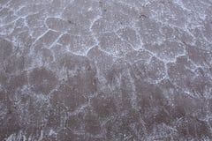 盐破裂的岸的表面的纹理与盐大水晶的  图库摄影