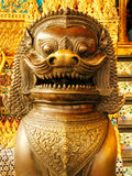 监护人在国王宫殿曼谷,泰国入口的邪魔狗  免版税库存照片