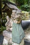 监护人狗在Kifune寺庙,京都,日本Okumiya  免版税库存图片