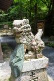 监护人狗在Kifune寺庙,京都,日本Okumiya  免版税库存照片
