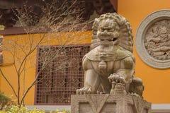 监护人狮子雕象 库存图片