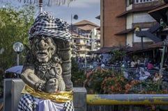 监护人雕象在badung传统市场巴厘岛上 库存照片